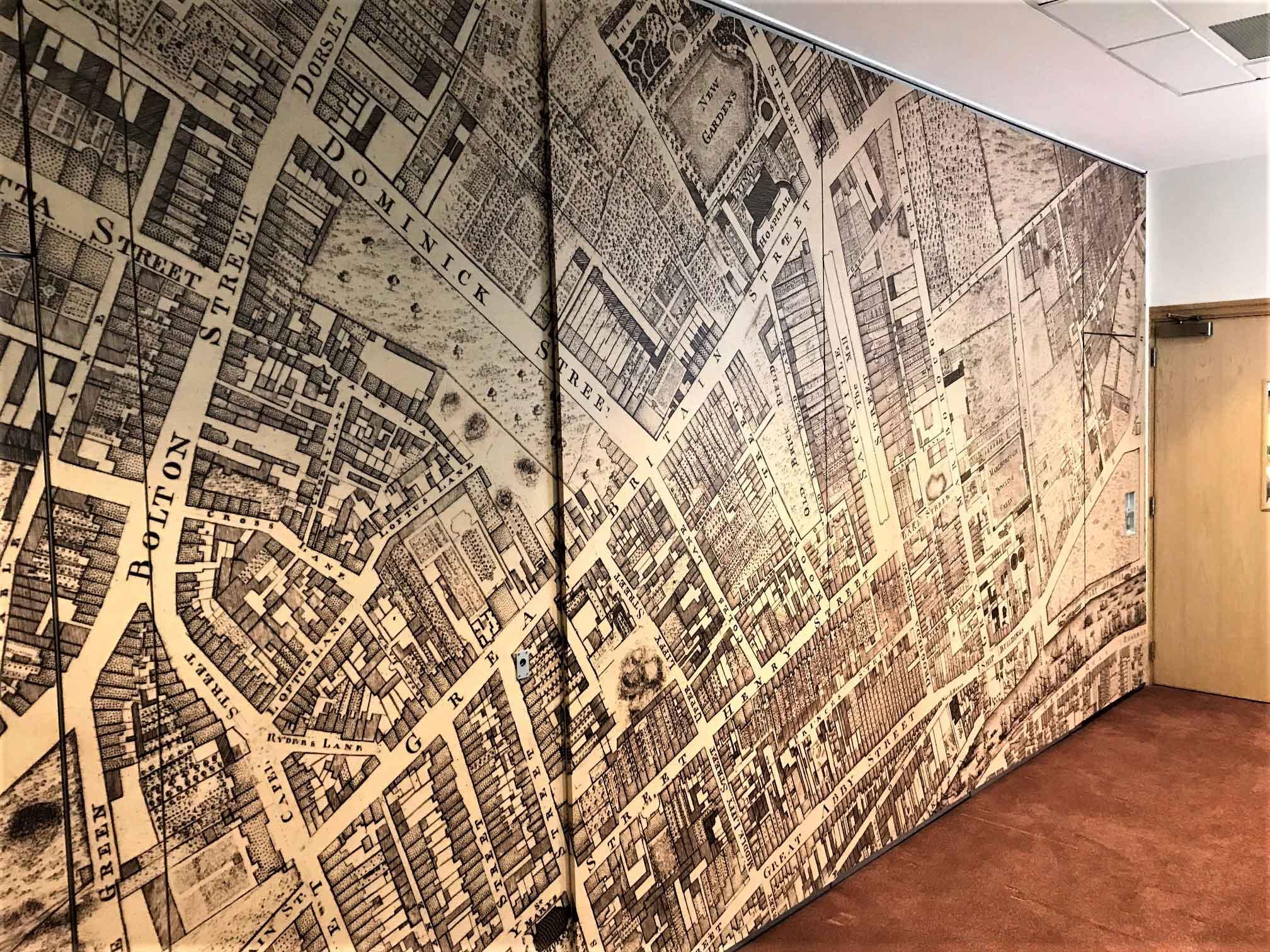 An bord pleanalla map wall vinyl display